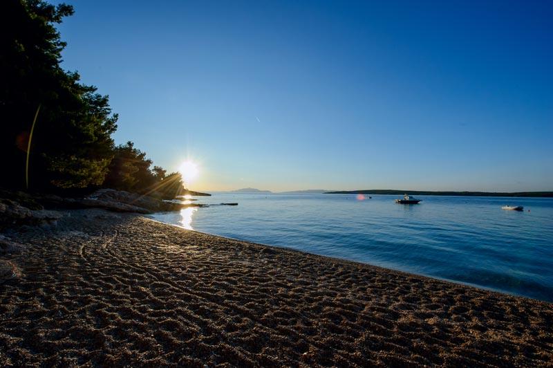 Skalinada plaža izlazak sunca